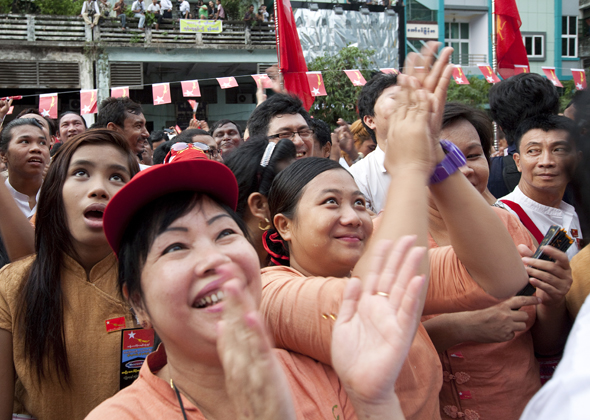 Crowds react to Aung San Suu Kyi