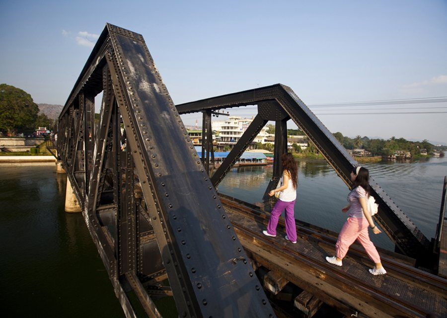 an overview of the bridge over the river kwai ดูวิดีโอ the bridge on the river kwai pg  cast overview, first billed only:  he convinces himself that the bridge is a monument to british character,.